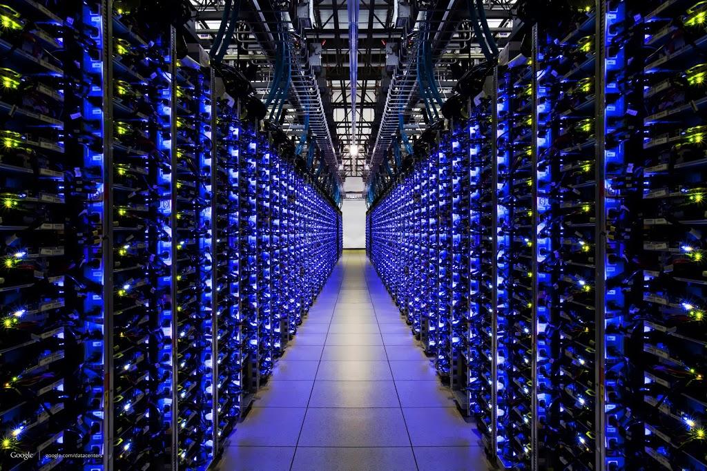 Un datacenter Google avec des centaines de serveurs